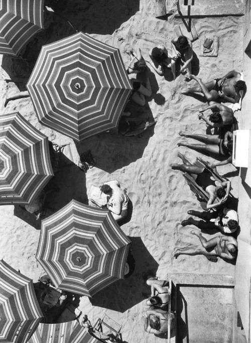 beachgoers relax under the sun and shade at santa monica, 1927 [original] © will connell, from los angeles. portrait of a city.