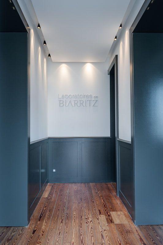 Hall soubassement gris parquet couloir pinterest for Couloir peinture bicolore
