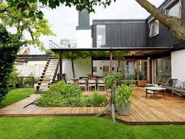 Terrasse bois aménagée avec un parterre de verdure in 2018 ...