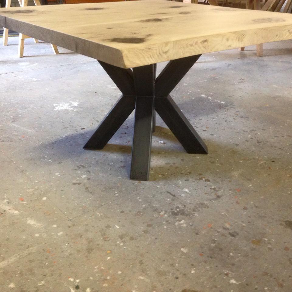 Boomstamblad tafel met stoere ijzeren dubbele X poot Het vierkante tafelblad is gemaakt van