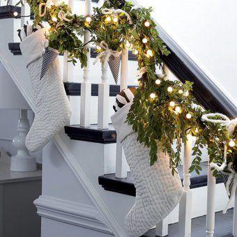 Déco de Noël : une rampe d\'escalier habillée de chaussettes ...