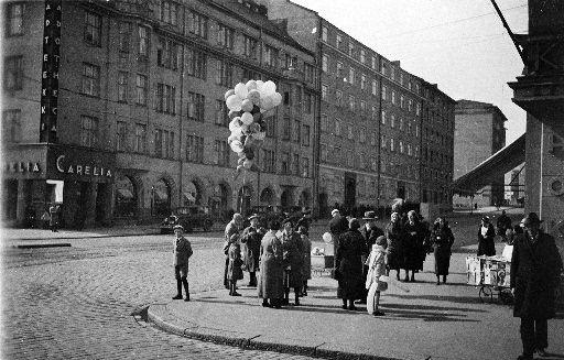 Ilmapallojen myyntiä vappuna 1934 HOK:n kulmassa, Turuntie...