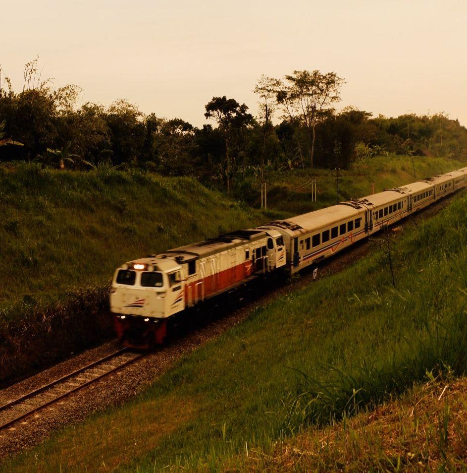 pin di railfans kereta api kereta api