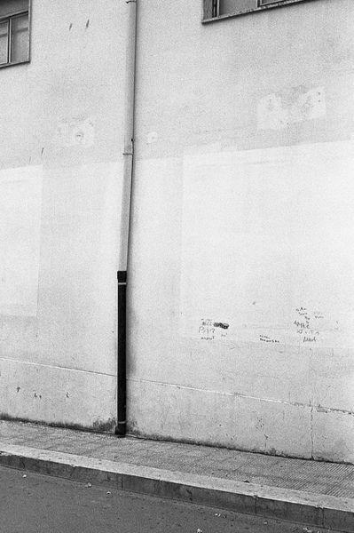 imagenes de paredes mientras camina por la calle, tonos de azul podria ser..