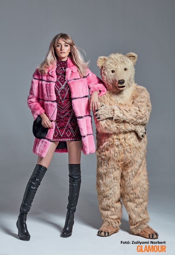 Rózsaszín és szőrmés kabát combcsizmával és egy csillogó ruhával: igazi téli partisikk Pink and furry coat with long boots and a glamourous dress: real party chic for winter.