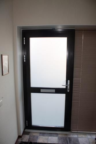 Brievenbus in aluminium deur plaatsen