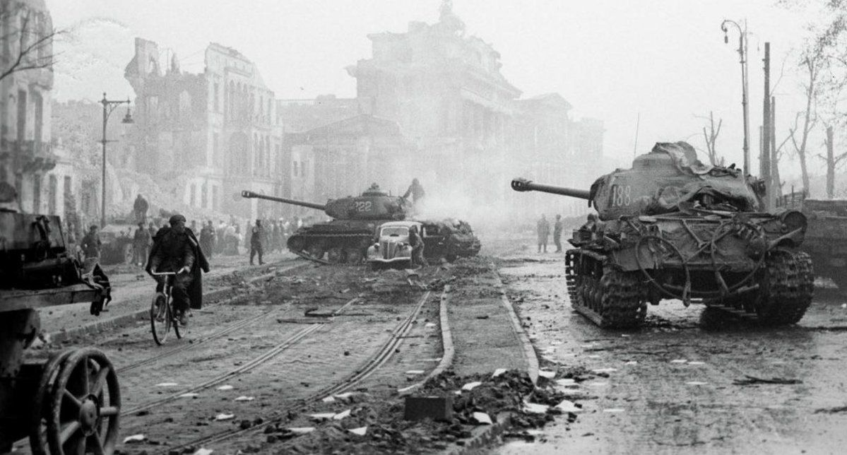 Soviet Is 2 Tanks Near The Brandenburg Gate After The Fall Of Berlin 1945 Oorlog Wereldoorlog Tweede Wereldoorlog
