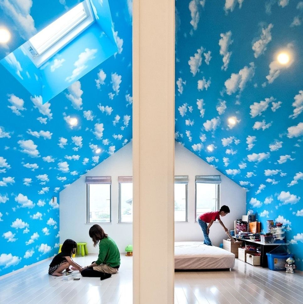 屋根の勾配を活かした子ども部屋 青空の壁紙が一層広く感じさせます