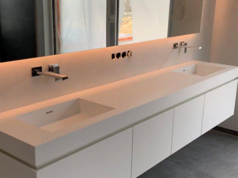 Mineralwerkstoff Waschtisch Fur Ein Badezimmer Mit Led Spiegel