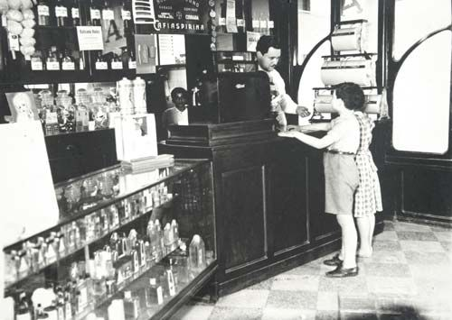Farmacia de mediados del siglo pasado, más imagenes de #farmacias en http://pinterest.com/farmagestion/