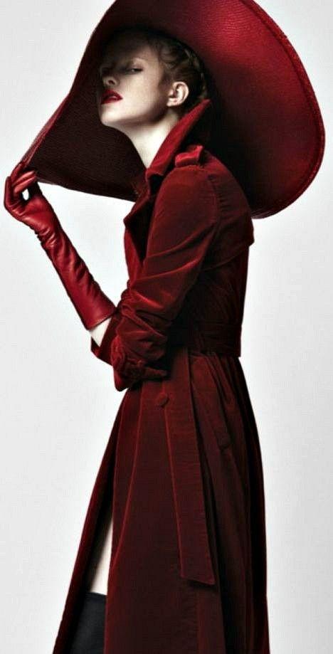 Pin By Mariucci Potente On Figura Burgundy Fashion Fashion Lady In Red