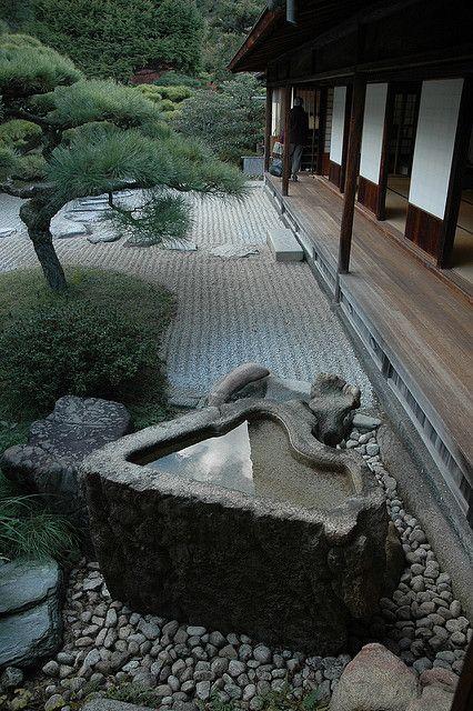 Unusually shaped stone basin - Ritsurin Park Japon, Jardines y