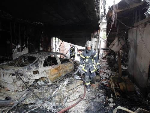 Bombeiros inspecionam carro incendiado por jovens na cidade de Amiens  Foto: Pascal Rossignol / Reuters