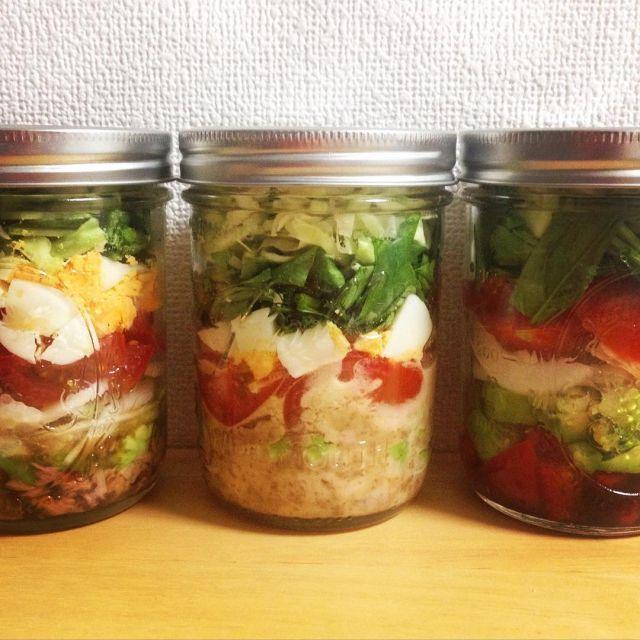 サラダって日持ちはしないし持ち運べないイメージがありますよね?「メイソンジャー・サラダ」はその常識を覆します。簡単でおしゃれな作り置きサラダ。ただし、食中毒のリスクもありますので、おいしく食べるための作り方や注意点をまとめました。 (2ページ目)