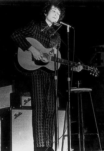 Imagem de http://bobdylanimages.8k.com/bob_dylan_live/bob_dylan_1966_stage.jpg.