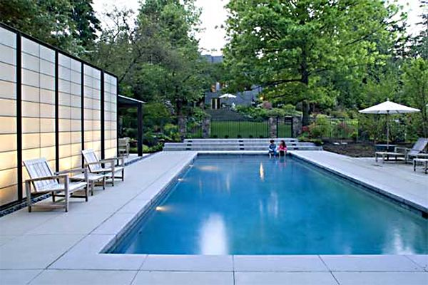 Big Vinyl Pool With A Large Lighted Privacy Screen Sweet Modern Pool House Modern Pools Pool House Designs