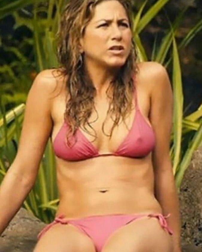Jennifer Anistons husband Justin Theroux bares ass
