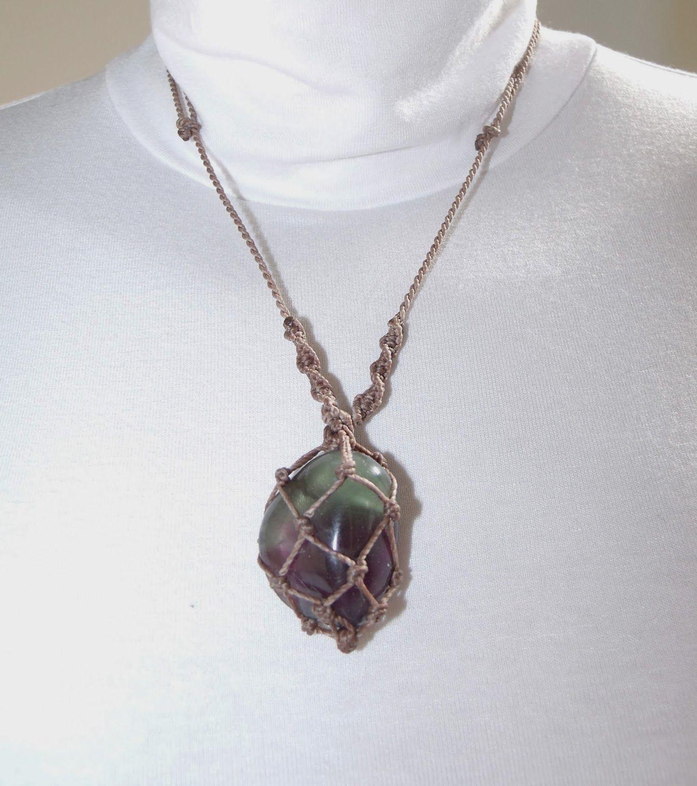 Senhora dos Anéis - Anéis em cristais Swarovski e pedras preciosas e outros acessórios.: Colar em macramê com pedra Fluorita