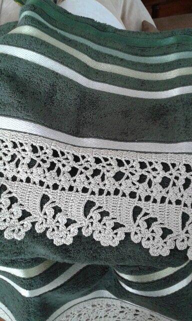 Puntilla para toalla de mano con motivos de flores o tréboles realizada por C.Pazos. Tejida a mano en hilo macrame en el tono de una banda arrasada.