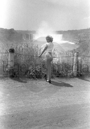 1952_Niagara_OnSet_inWhiteShirt_060_byJockCarroll_1a1
