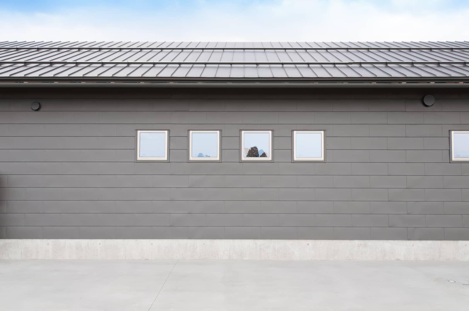 2019 年の外壁はガルバリウム鋼板の一文字葺です外壁屋根軒樋