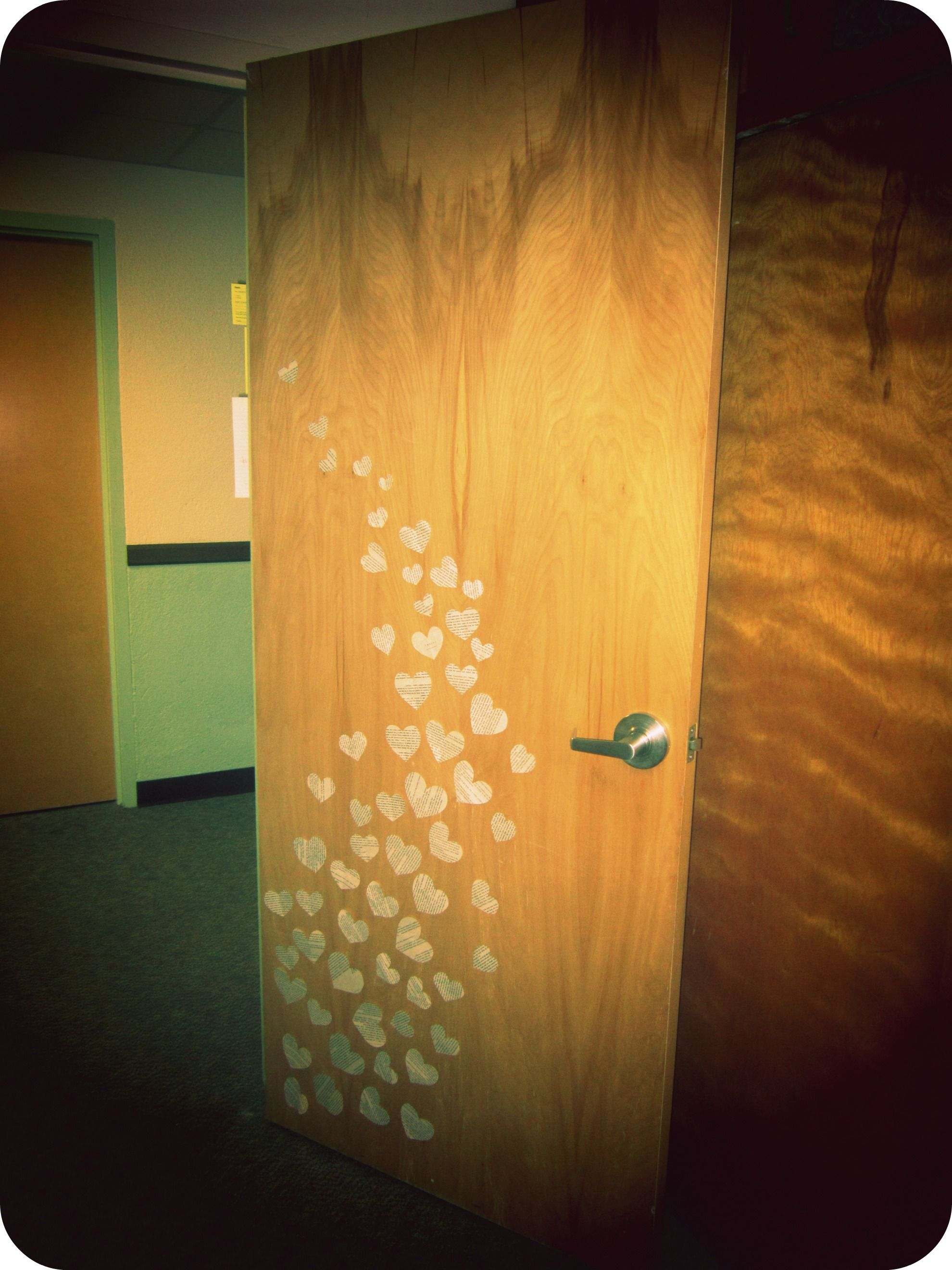 Easy and quick way to decorate your door! Suggest non-damaging items ...