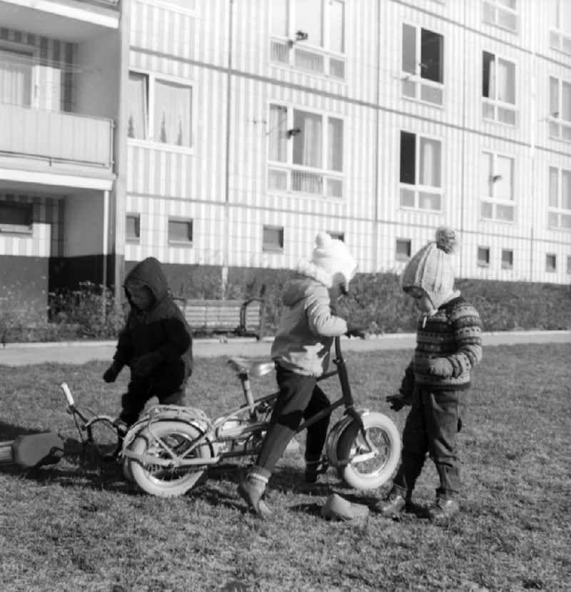Spielende Kinder Mit Ihren Luftbereiften Rollern In Einem Innenhof Eines Wohngebietes In Berlin Der Ehemaligen Hauptstadt D Ddr Hauptstadt Der Ddr Kinderwagen