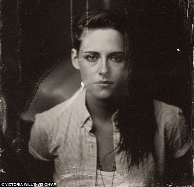 Anne Hathaway and Kristen Stewart pose for 1860s-style portraits at Sundance Film Festival #hollywoodstars