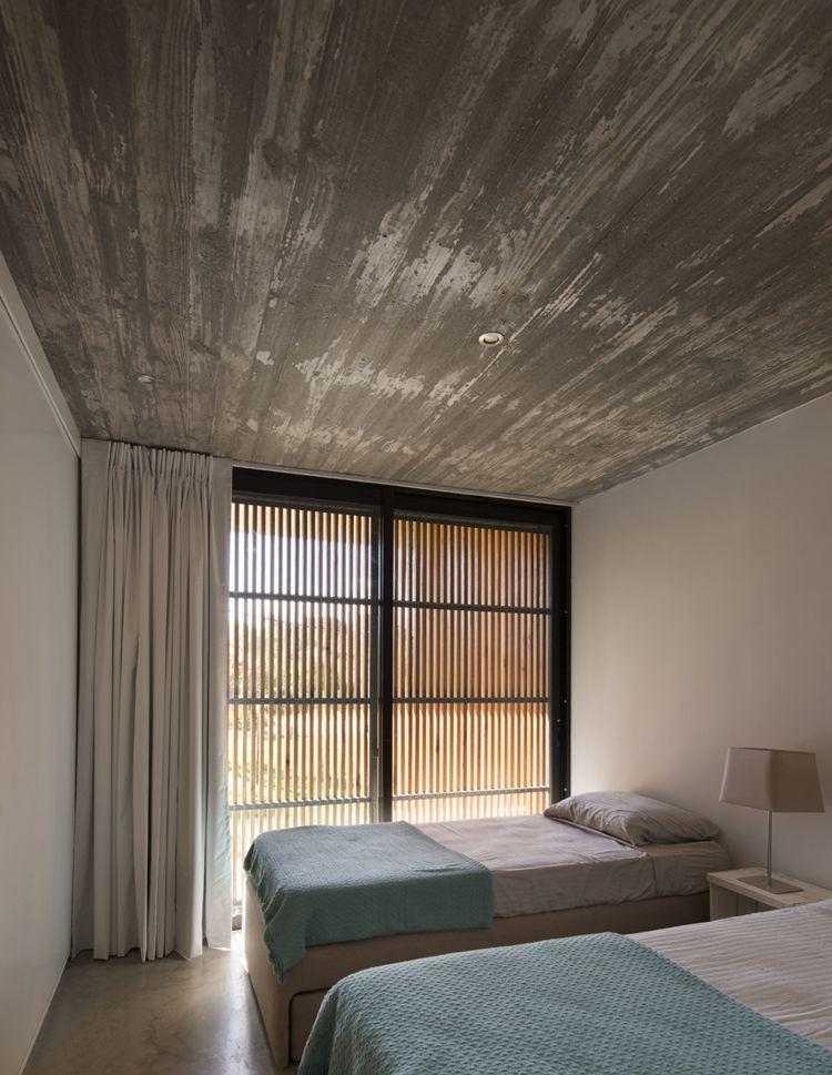Klappläden Holz Außen Schlafzimmer Sonnenschutz Betondecke #wood #windows  #doors