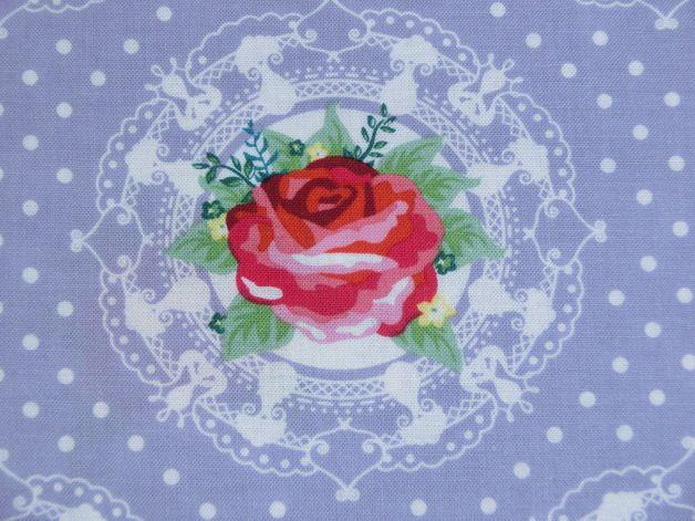 Wunderschöner Stoff mit Rosen und Ornamenten im englischer Cottage-Stil.   Schau doch im Shop nach passende Stoffe (z.B. Vichy Karo und Polkadot) oder Schrägband...