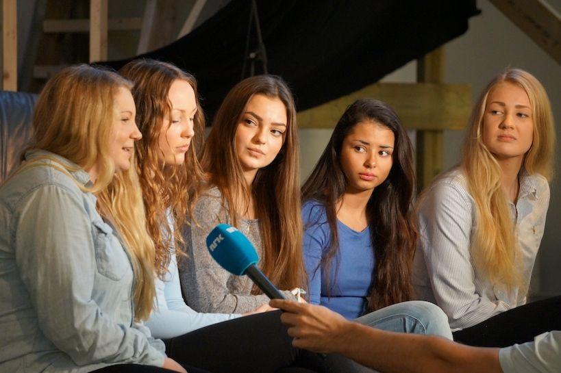 Torsdag 16. januar hadde vi besøk fra NRK i anledning en ny forskningsrapport om snus og jenter. Ida, Maria, Vilde, Melissa og Benedicte lot seg intervjue. Siden de også er revyjenter benyttet de anledningen til å promotere Lambertseterrrevyen 2014: På overtid.