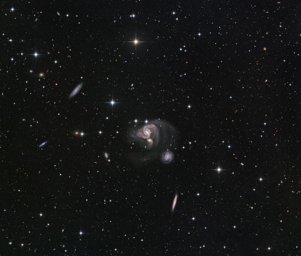 provocative-planet-pics-please.tumblr.com Hickson 91 im Südlichen Fisch Bildcredit und Bildrechte: CHART32 Team Bearbeitung - Johannes Schedler Beschreibung: Als sie den Himmel nach Galaxien absuchten entdeckten der kanadische Astronom Paul Hickson und seine Kollegen etwa 100 kompakte Galaxiengruppen die nun passend als kompakte Hickson-Gruppen (HCGs) bezeichnet werden. Dieses scharfe Teleskopbild zeigt schöne Details der Galaxiengruppe HCG 91. Die drei farbenprächtigen Spiralgalaxien der…