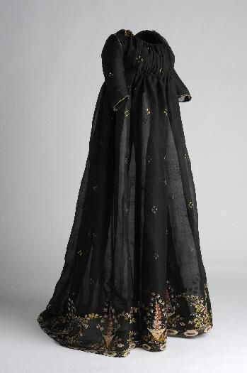 Black dress with embroidered or brocade? sprigs1800 Museo Del Traje