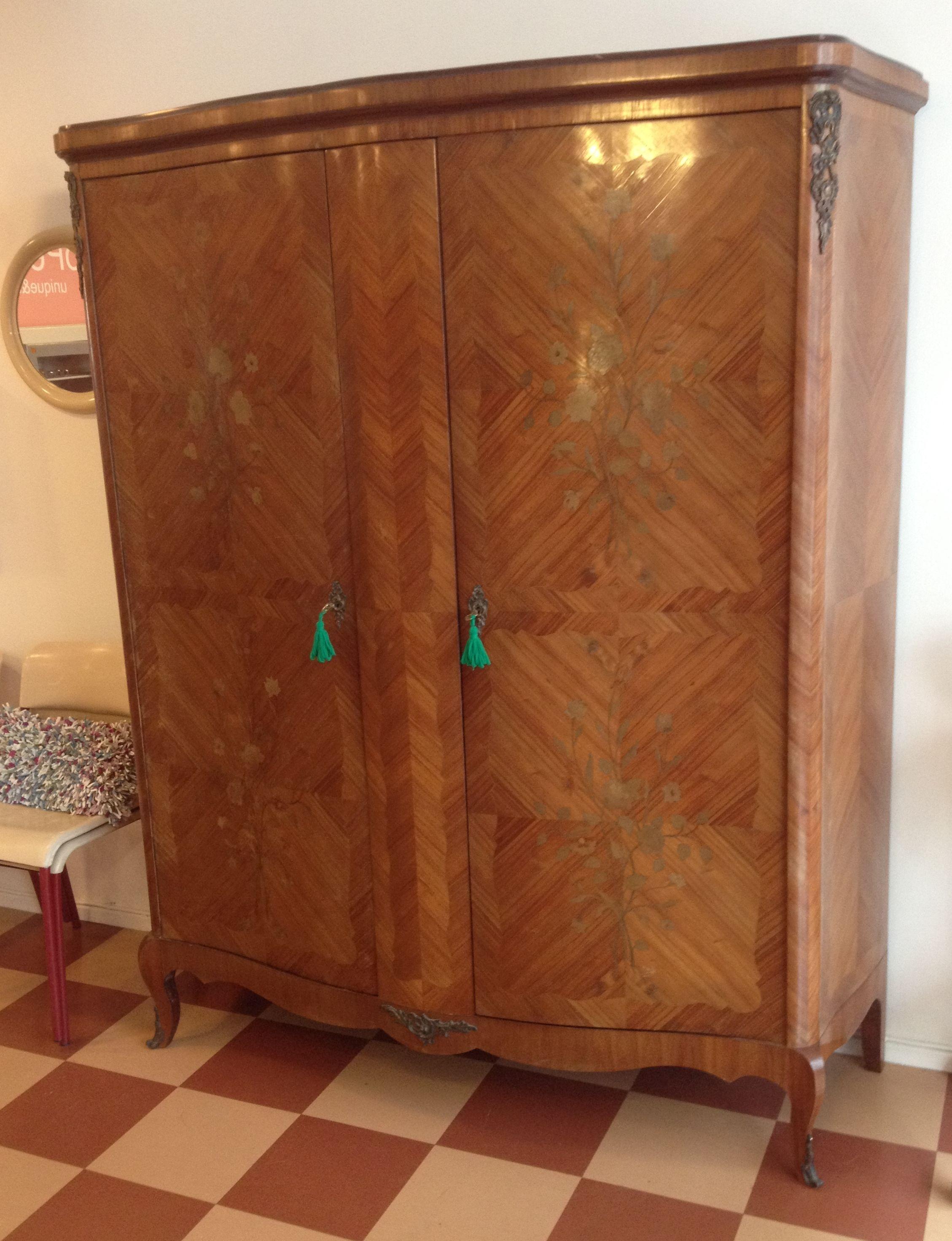 siro ja hienostunut renessanssityylinen kaappi 1900-1920 luvulta, sitruunapuusta ja jalavasta intarsia-menetelmällä kuvioitua kaunista pintaa (kork 194, lev 160, syv 56cm)