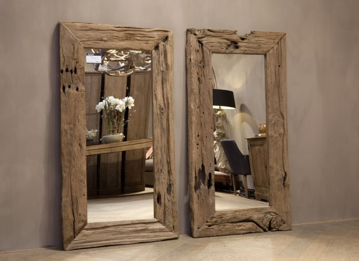 Grote Spiegel Hout.Een Grote Spiegel Boven De Waskommen Van Grof Hout