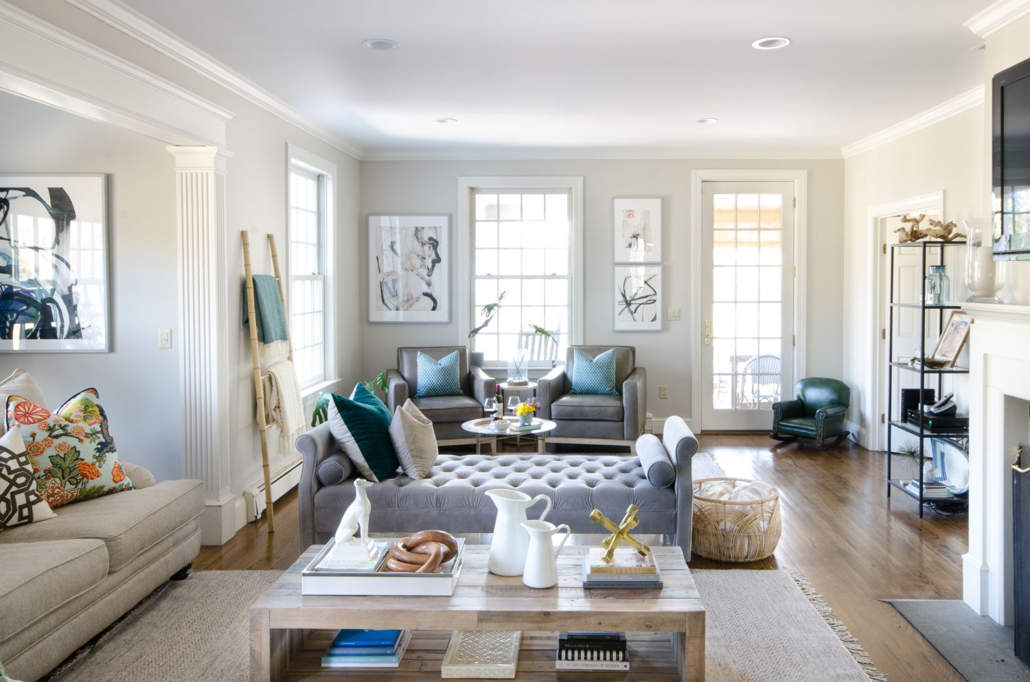 A Stylish Family Room That S Both Chic And Friendly Featuring Neutral Furniture Thoughtful Pops Of Color Features An Oversized English Roll Arm