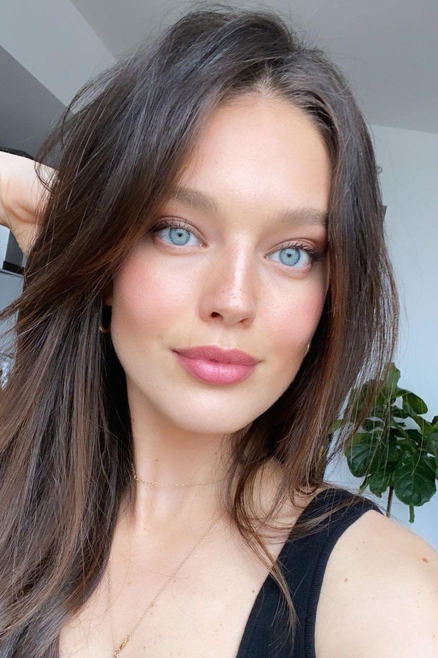 Emily Didonato Und Ihre 10 Tipps Fur Eine Strahlende Haut Ohne Make Up Braune Haare Blaue Augen Kuhle Braune Haare Braune Haare