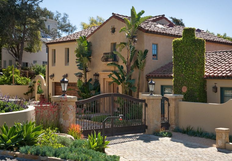 Front yard driveway front gate mediterranean style for Courtyard driveway house plans