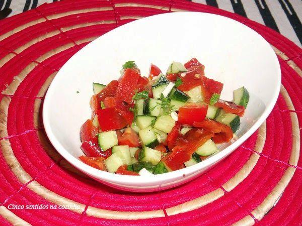 Cinco sentidos na cozinha: Salada de pimento, tomate e pepino