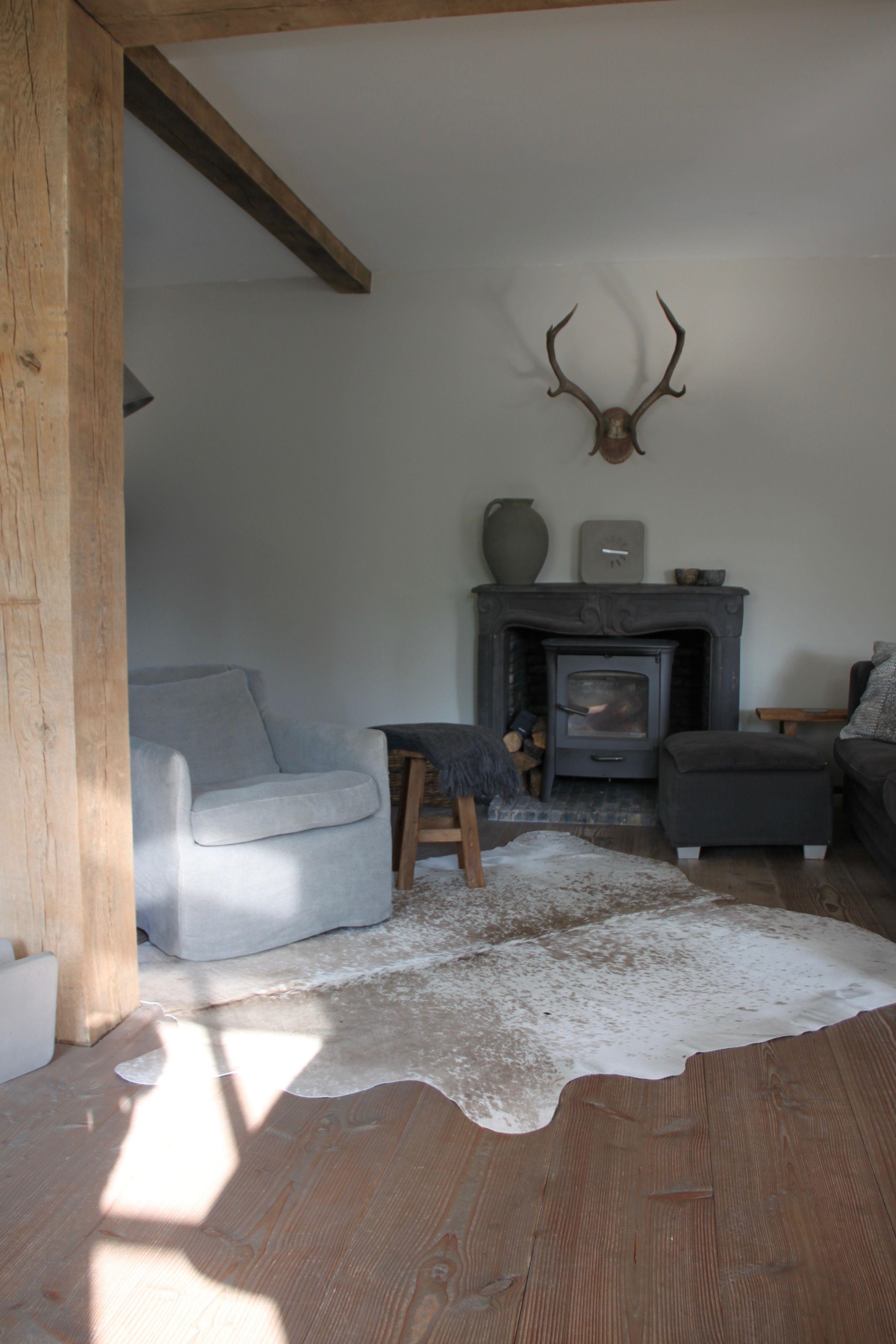 Een koeienhuid op een houten vloer brengt sfeer in je woonkamer ...
