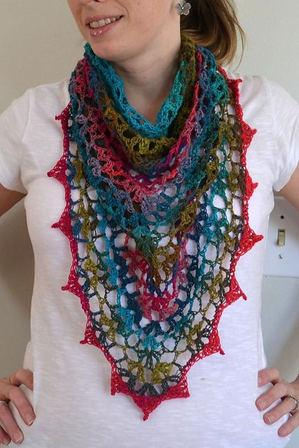 Free pattern: http://www.lionbrand.com/patterns/80205AD.html  (such a diffence between the version of Liz of Crochet in Color and the original one of LionBrand!). Noro Kureyon sock 184.....