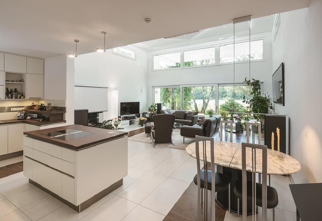 offene k che mit kochinsel esstisch und wohnzimmer innenarchitektur haus ebenleben bungalow am. Black Bedroom Furniture Sets. Home Design Ideas