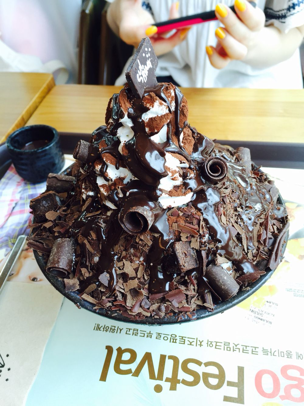 Chocolate bingsu i need this rn ขนมหวาน ของหวาน อาหาร