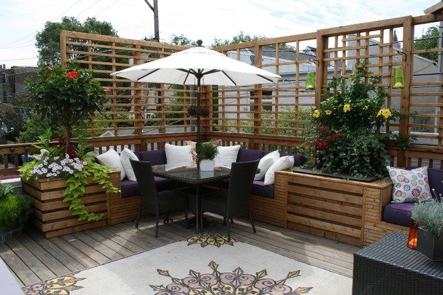 toit terrasse en bois avec banc d angle coussins et meubles tresses