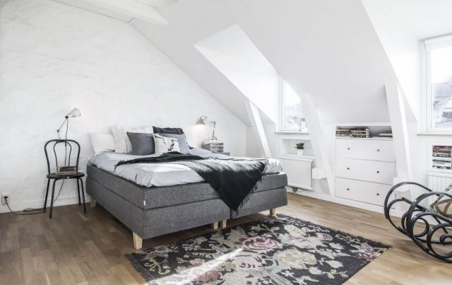 Schlafzimmer Dachschräge Weiße Wandfarbe Boxspingbett Grau
