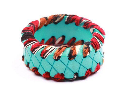 Lulu Frost http://www.vogue.fr/joaillerie/shopping/diaporama/couleurs-folk-bijoux-perou-vogue-paris-avril-2013/12434/image/740278#lulu-frost-bracelet-breakaway