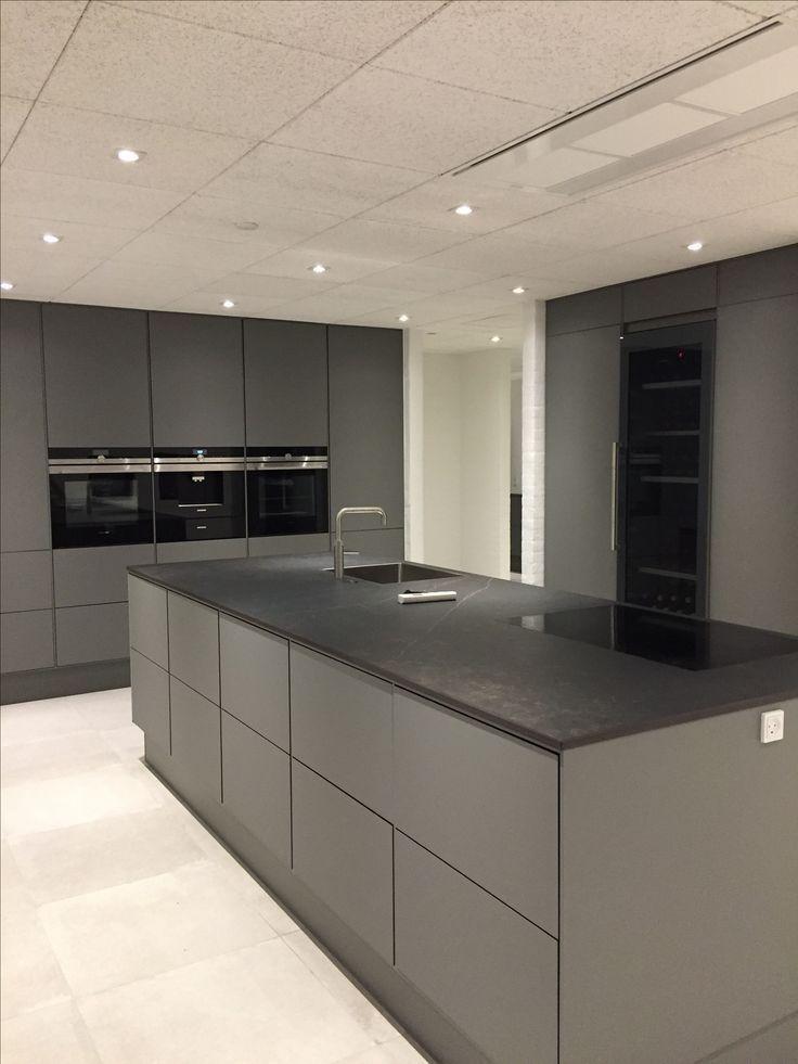 Graue Küche – #grau #Küche #Kochinsel #greykitcheninterior Graue Küche #gr...