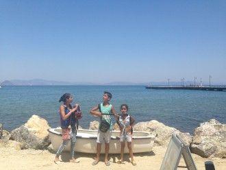 Diese syrischen Kinder schafften den Weg auf die griechische Insel Kos. Für ein paar Euros spielen sie Musik, um sich etwas zu essen und zu trinken zu kaufen.