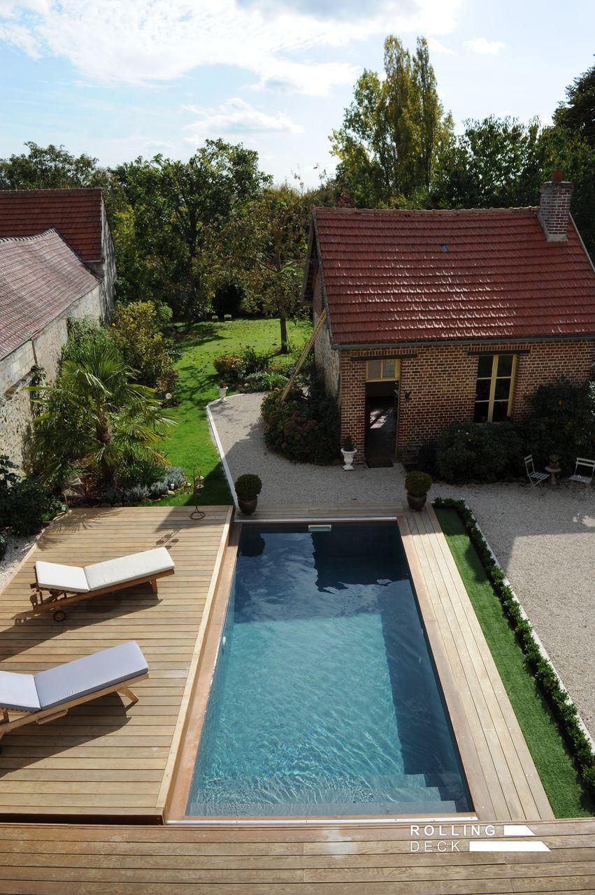 La terrasse mobile de la piscine est ouverte pour permettre ...