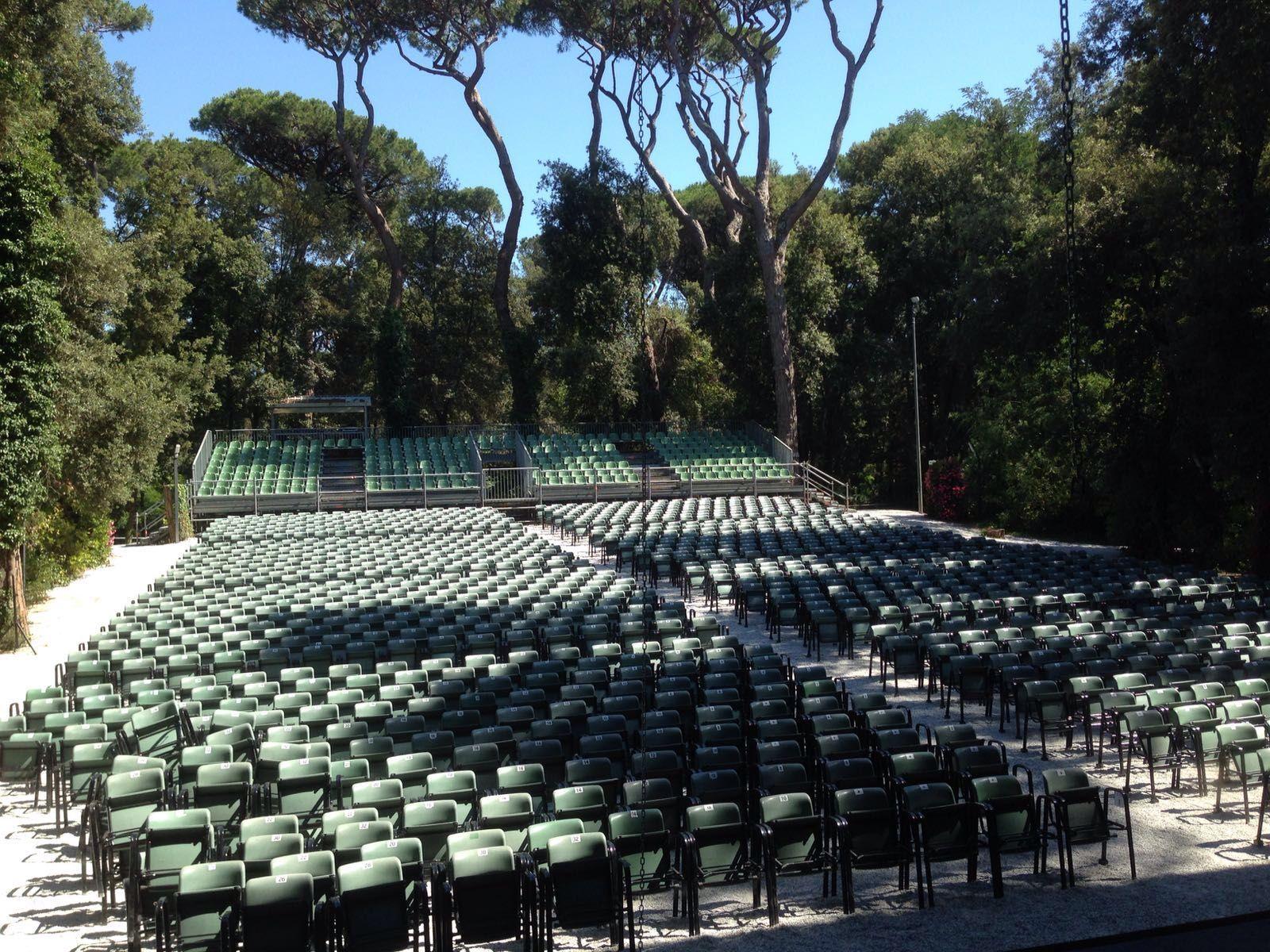 """La platea del Teatro ricavato all'interno del Parco della Versiliana (1600 posti). La nostra nuova edizione de """"Il Berretto a Sonagli"""" debutta il 13 luglio 2016.  #Teatro #TeatroIndipendente ##IlBerrettoaSonagli #LuigiPirandello #SebaastianoLoMonaco"""